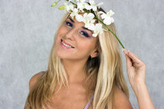 Blondes Mädchen mit Blume Lizenzfreies Stockfoto