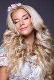 Blondes Mädchen mit Blume im Haar Stockfotografie