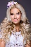 Blondes Mädchen mit Blume im Haar Stockfotos
