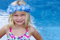 Blondes Mädchen mit Blume vor Pool Stockfotos