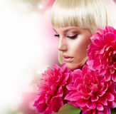 Blondes Mädchen mit Blumen Lizenzfreies Stockbild