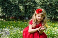 Blondes Mädchen mit Blumen Stockfotografie