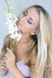Blondes Mädchen mit Blumen Lizenzfreie Stockfotografie