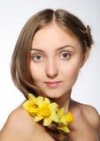 Blondes Mädchen mit Blumen in ihrem Haar Lizenzfreies Stockbild