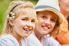 Blondes Mädchen mit Blumen im Haar Lizenzfreies Stockbild
