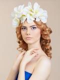 Blondes Mädchen mit Blumenfrisur Stockbild