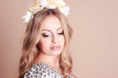 Blondes Mädchen mit Blumenhairband Stockfoto