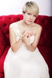 Blondes Mädchen mit Brautkleid stockfotos