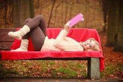 Blondes Mädchen mit Buch im Herbstpark Lizenzfreie Stockbilder