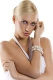 Blondes Mädchen mit dem Armband Lizenzfreies Stockbild