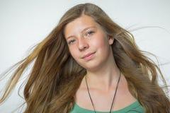 Blondes Mädchen mit dem geblasenen Haar Stockfotografie
