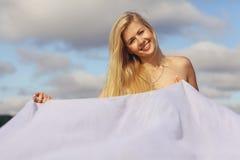 Blondes Mädchen mit dem goldenen Haar Lizenzfreie Stockfotos