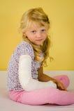 Blondes Mädchen mit dem Handbruch Lizenzfreie Stockfotos