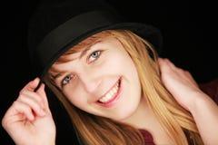 Blondes Mädchen mit dem Hut, der Kamera betrachtet Lizenzfreie Stockbilder