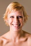 Blondes Mädchen mit dem kurzen Haar, das Spaß bildet Stockfoto