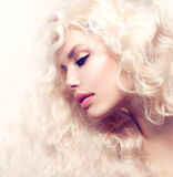 Blondes Mädchen mit dem langen gewellten Haar Stockfotos