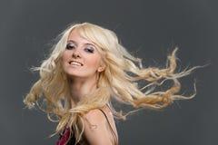 Blondes Mädchen mit dem langen Haar des Flugwesens Lizenzfreies Stockfoto