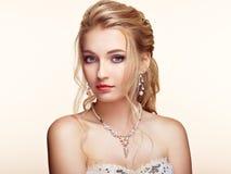 Blondes Mädchen mit dem langen und glänzenden gelockten Haar Stockfotos