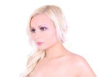 Blondes Mädchen mit dem schönen Gesicht getrennt auf Weiß Stockfotografie