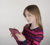 Blondes Mädchen mit digitaler Tablette Stockbilder