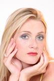 Blondes Mädchen mit direktem Blick lizenzfreies stockfoto