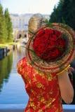Blondes Mädchen mit einem Blumenstrauß Stockfotos