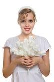 Blondes Mädchen mit einem Blumenstrauß der Weißbuchrosen Lizenzfreies Stockfoto