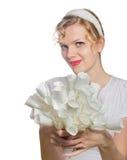 Blondes Mädchen mit einem Blumenstrauß der Weißbuchrosen Lizenzfreie Stockbilder