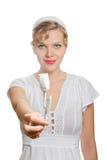 Blondes Mädchen mit einem einzelnen Weißbuch stieg Lizenzfreies Stockfoto