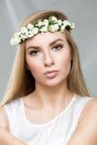 Blondes Mädchen, mit einem Kranz des Frühlinges blüht, Lizenzfreie Stockbilder