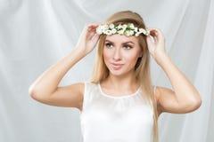 Blondes Mädchen, mit einem Kranz des Frühlinges blüht, Lizenzfreies Stockbild