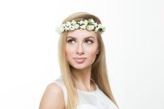 Blondes Mädchen, mit einem Kranz des Frühlinges blüht, Stockbilder
