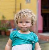 Blondes Mädchen mit einem lustigen Ausdruck. Stockfoto
