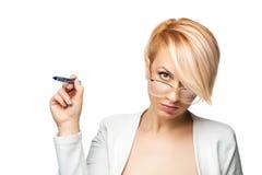 Blondes Mädchen mit einem Stift Stockbilder