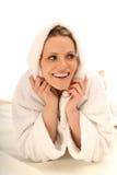 Blondes Mädchen mit einem weißen Bademantel Lizenzfreie Stockbilder