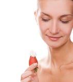 Blondes Mädchen mit einer Erdbeere Stockfotos
