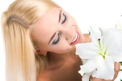 Blondes Mädchen mit einer Lilie lizenzfreie stockfotografie