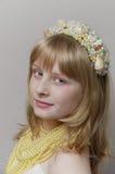Blondes Mädchen mit einer Meerjungfraukopfbedeckung Stockbilder