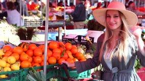 Blondes Mädchen mit Fahrrad geht am Markt und lächelt stock video