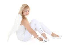 Blondes Mädchen mit Flügeln im Weiß Stockfotos