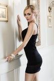 Blondes Mädchen mit Frisur in Luxusumgebendem Stockbild