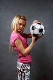 Blondes Mädchen mit Fußballkugel Lizenzfreies Stockbild