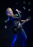 Blondes Mädchen mit Gitarre Lizenzfreie Stockfotos