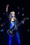 Blondes Mädchen mit Gitarre Stockfotografie