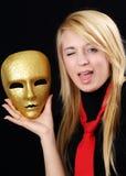 Blondes Mädchen mit Goldschablone Stockbilder