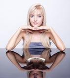 Blondes Mädchen mit Halskette Lizenzfreie Stockfotos