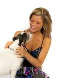 Blondes Mädchen mit Hund im Studio Lizenzfreies Stockfoto