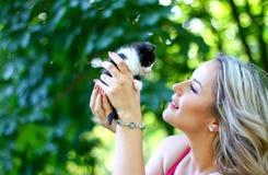 Blondes Mädchen mit Kätzchen Stockfoto
