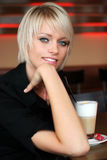 Blondes Mädchen mit Kaffee Stockfoto