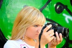 Blondes Mädchen mit Kamera Lizenzfreies Stockbild